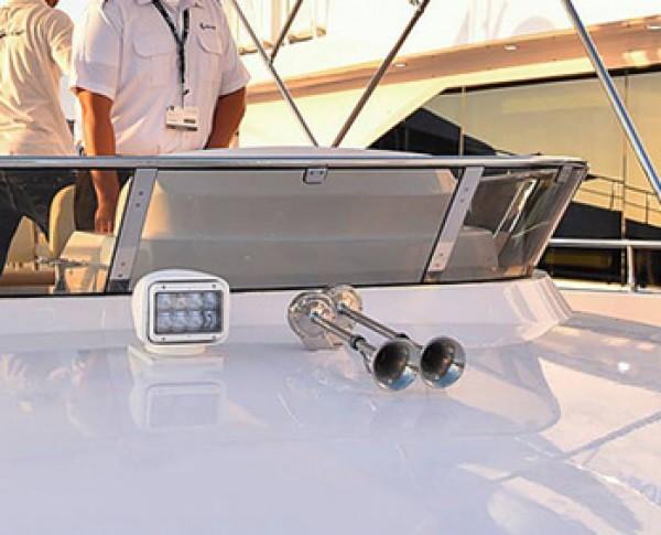 LED Suchscheinwerfer mit Fernbedienung für Boote an Deck montiert